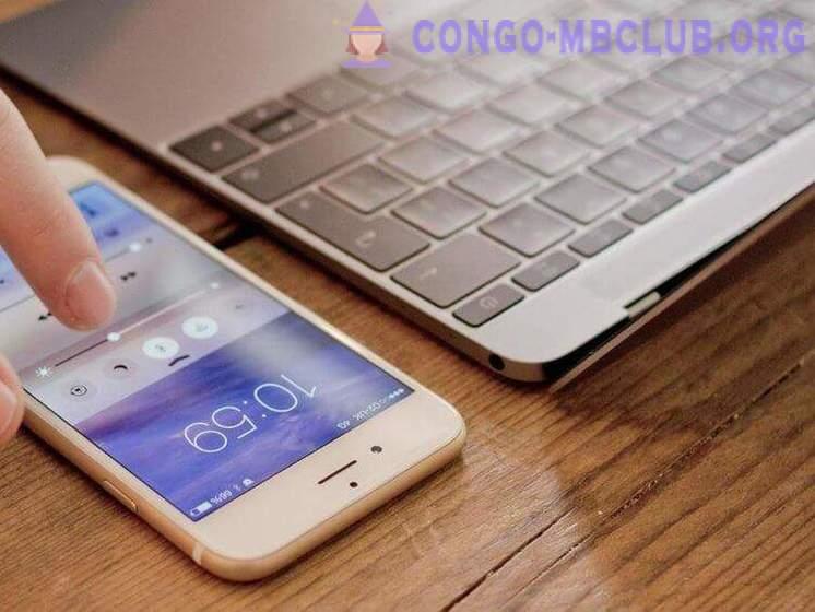 Középiskolás csatlakoztassa az ingyenes mobil letöltést
